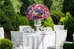 Stołowy położenie przy luksusowym weselem w ogródzie Zdjęcia Royalty Free