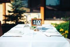 Stołowy położenie w restauraci na lato tarasie Pastylka na stole sto obraz royalty free