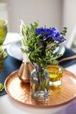 Stołowy położenie z błękitnymi anemonami zdjęcie royalty free
