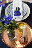 Stołowy położenie z błękitnymi anemonami fotografia royalty free