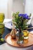 Stołowy położenie z błękitnymi anemonami zdjęcie stock
