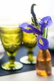 Stołowy położenie z błękitnymi anemonami obrazy royalty free