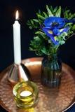 Stołowy położenie z błękitnymi anemonami zdjęcia royalty free