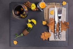 Stołowy położenie z jesieni dekoracją dla dziękczynienia zdjęcia royalty free