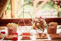Stołowy położenie z kwiatami i cukierkami zdjęcia royalty free