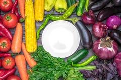 Stołowy przygotowania różnorodność świezi owoc i warzywo sortujący kolorami Obraz Royalty Free