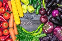 Stołowy przygotowania różnorodność świezi owoc i warzywo sortujący kolorami Obrazy Stock