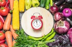 Stołowy przygotowania różnorodność świezi owoc i warzywo sortujący kolorami Fotografia Royalty Free