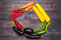 Stołowy przygotowania różnorodność świezi owoc i warzywo sortujący kolorami Obrazy Royalty Free