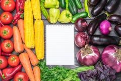Stołowy przygotowania różnorodność świezi owoc i warzywo sortujący kolorami Obraz Stock