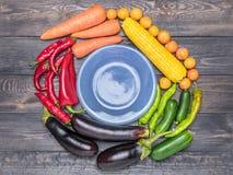 Stołowy przygotowania różnorodność świezi owoc i warzywo sortujący kolorami Zdjęcie Stock