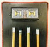 Stołowy tenisowy kant odpoczywa na pomarańczowej piłce i błękitny tableScoreboard pokazuje 47, 73 - basenu stół nad wskazówki obraz stock