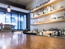 Stołowy wierzchołek odpierający z Kuchennym szelfowym kawiarnia baru tłem Zdjęcie Stock