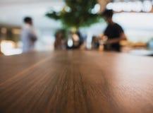 Stołowy wierzchołek Odpierający z plamy kawiarni wnętrza ludźmi Fotografia Stock