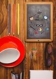 Stołowy wierzchołek z blackboard z sieci grafika Zdjęcia Stock
