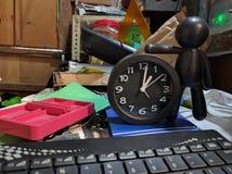 Stołowy zagracenia i czasu pojęcie zdjęcie stock