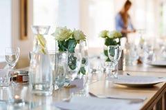 Stołu set w bielu dla poślubiać lub wydarzenia przyjęcia Zdjęcie Royalty Free