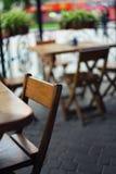 Stoły i krzesła w barze przy płytką głębią pole Zdjęcie Stock