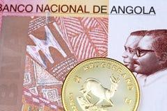 Sto Angolskich kwanza banknotów z złocistym południem - afrykańska krugerrand moneta zdjęcie stock