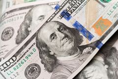 Sto dolarów amerykańskich rachunków na stole zdjęcia stock