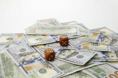 Sto dolarów banknotów i kostka do gry Pojęcie szczęście Fotografia Royalty Free
