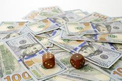 Sto dolarów banknotów i kostka do gry Pojęcie szczęście zdjęcia royalty free