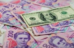 Sto dolarów banknotu na tle ukraiński hryv Zdjęcia Stock