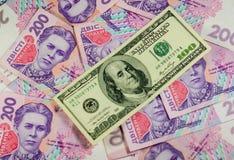 Sto dolarów banknotu na tle ukraiński hryv Obraz Stock
