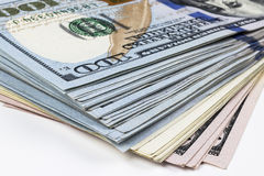 sto dolar z komina Sterta gotówkowy pieniądze w sto dolarowych banknotach Rozsypisko sto dolarowych rachunków na bielu Obraz Royalty Free