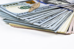 sto dolar z komina Sterta gotówkowy pieniądze w sto dolarowych banknotach Rozsypisko sto dolarowych rachunków na bielu Zdjęcia Royalty Free