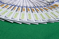 sto dolar z komina Sterta gotówkowy pieniądze w sto dolarowych banknotach Rozsypisko sto dolarowych rachunków na zielonym grzebak Zdjęcia Royalty Free