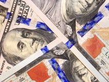 Sto dolarowych banknotów odizolowywających Zdjęcia Royalty Free