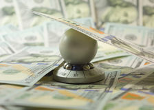 """Sto dolarowych rachunków projekta i prezenta nowy """"Ball dla chosing answer† z wyborowym """"sell† lub """"buy† (pamiątka Fotografia Stock"""