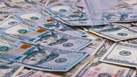 Sto Dolarowych rachunków spadków na stole z Amerykańskimi dolarami Różni wyznania zbiory