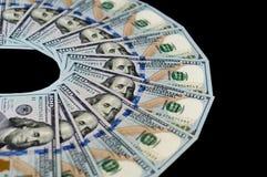 Sto dolarowych rachunków wachlują out na czarnym tle Odgórny boczny widok obrazy royalty free