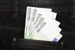 Sto euro banknotów w cajgu kieszeniowym zakończeniu obrazy stock