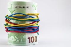 Sto euro rachunków pieniędzy z colourful gumą zawiązuje aroun obraz stock