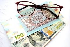 Sto 100 hryvnia i dolary, szkła pojęcia prowadzenia domu posiadanie klucza złoty sięgający niebo obrazy royalty free
