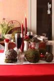 Stołowa dekoracja w bielu, zieleni i czerwieni, Zdjęcia Royalty Free