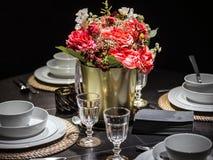 Stołowa dekoracja z czerwieni kitchenware i kwiatami obrazy stock