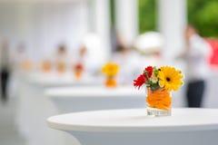 Stołowa dekoracja z kwiatami Zdjęcia Royalty Free