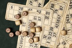 Sto?owej gry Bingo Drewniana loteryjka beczkuje z torb?, karty do gry dla loteryjek gier, gry dla rodziny obrazy royalty free