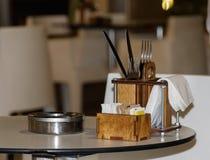 Stołu ashtray na stole i set Zdjęcia Stock