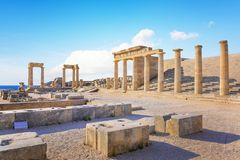Stoa i Propylaea na akropolu Lindos Rhodes, portyk, Grecja zdjęcie royalty free