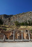 Stoaen av atheniansna, Delphi, Grekland Royaltyfri Bild