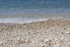 Stobrec strand med dess vita kiselstenar och kristalliska strand Royaltyfri Bild
