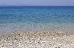 Stobrec strand med dess vita kiselstenar och kristalliska strand Arkivbild