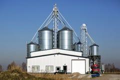 Stoccaggio di grano, in silos del metallo Fotografie Stock Libere da Diritti