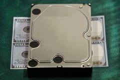 Stoccaggio portatile del disco rigido del primo piano dei soldi sui mucchi del dollaro, su bianco Scambio di informazioni importa fotografie stock