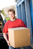 Stoccaggio: Uomo che prende scatola allo stoccaggio immagine stock